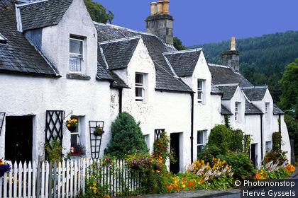 Ecosse, village de Kenmore au bord du Loch Tay, alignement de maisonnettes blanches et fleuries