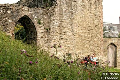 Le long des contreforts du château
