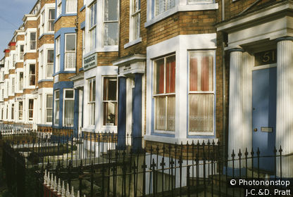 Angleterre, Scarborough, façades maisons de vacances avec bow-window