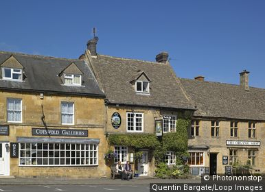 England, Gloucestershire, Stow-On-The-Wold. Exterior view of the Queens Head Inn at the heart of Stow On The Wold.
