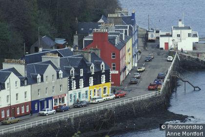 Ecosse, Hébrides intérieures, ile de Mull, port de Tobermory, vue plongeante sur maisons à facades colorées, voitures sur quai
