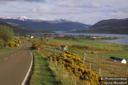 Ecosse, Highlands, Ullapool, route menant à la ville au premier plan, lac, montagnes en arrière-plan