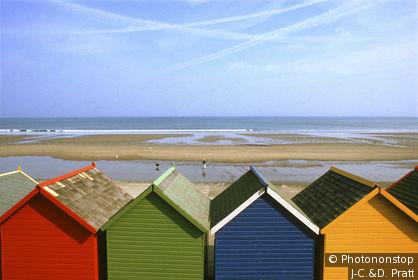 Angleterre, North Yorkshire, Mer du Nord, Whitby, cabines de bain colorées