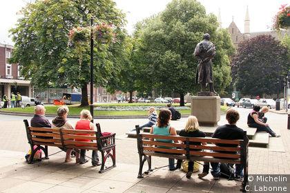 High Street débouchant sur la statue d'Elgar