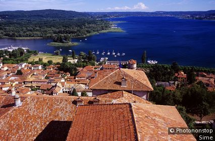 Italie, Lombardie, lac Majeur, Angera, Zone Méditerranéenne, Province de Varese - View from Rocca di Angera towards the village and the lake