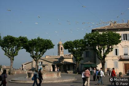 Sur la place Santa Chiara.