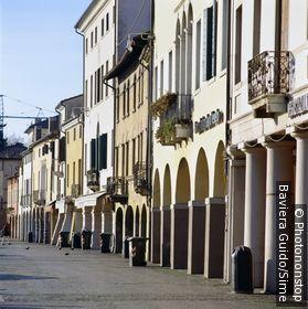 Italie, Vénétie, Castelfranco Veneto, Zone Méditerranéenne, Province de Treviso - Giorgione square, arcade