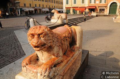 Statue de l'entrée du Duomo