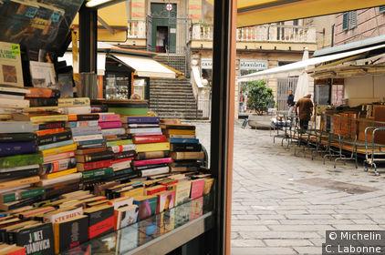 Bouquiniste sur la piazza Banchi