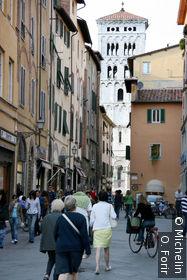 Dans une rue donnant sur la place Napoleone.