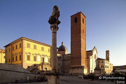 Italie, Toscane, Versilia, Pietrasanta - Piazza del Duomo, Duomo (San Martino), Vincenzo Santini, statue of Leopoldo II, colonna del Marzocco