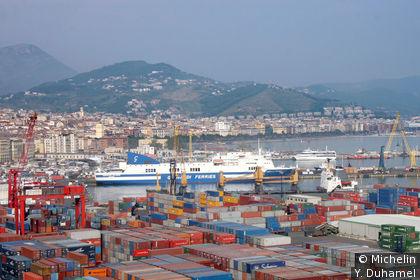 Le port de Salerno en premier plan