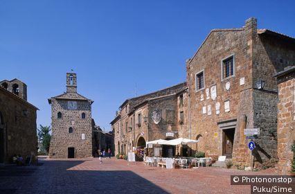 Italy, Tuscany, Maremma, Sovana, Piazza del Pretorio