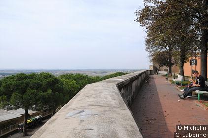 Place publique avec vue