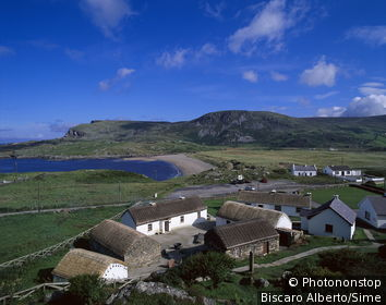 Irlande, Donegal, vue plongeante sur village en bord de mer