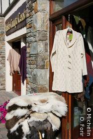 Peaux de moutons et vêtements en laine de moutons.