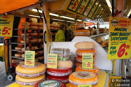 Etale de fromages sur le marché