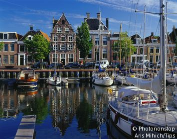 Pays-Bas, Friesland, Harlingen, Benelux - Old town canal and houses