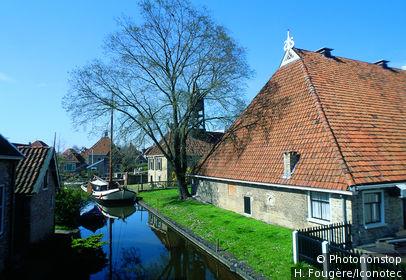 Pays-Bas, La Frise, Hindeloopen. Maisons près d'un canal