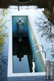 Sculpture dans le canal, la long de Nieuwstad (hommage à Escher?)