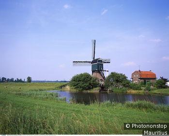 Pays Bas, Utrecht, Loenen, moulin à vent dans verdure, canal, ciel bleu