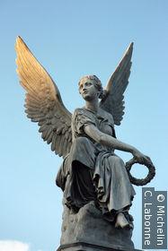 Statue sur la place devant Valkhof