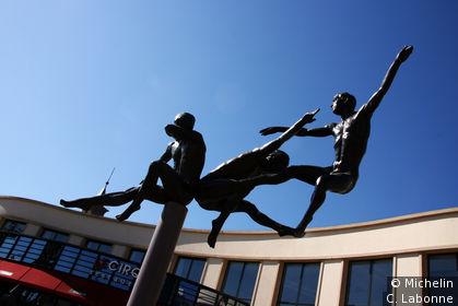 Sculpures devant le Cirque