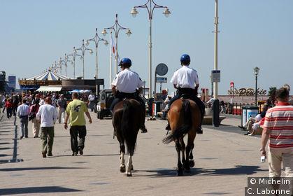 Police gardée le long du bord de mer
