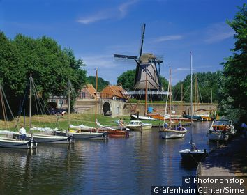 Pays-Bas, Friesland, Sloten, Benelux - Windmill at town wall