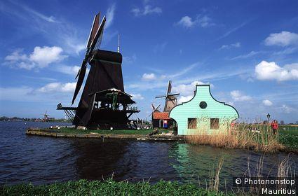 Niederlande, Zaandijk, Zaanse Schans, Ortsansicht, Windmühlen nahe Amsterdam, Dorf, 17. Jh., Museumsdorf, Holzhäuser, Fluss
