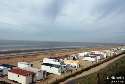 La plage et ses bingalots s'étendant au nord de la ville