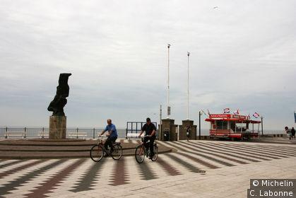 Point de vue dans la ville donnant sur la mer, une des nombreuse baraques à frites