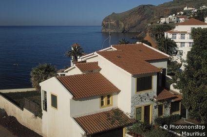 Portugal, Insel Madeira, Canico de Baixo, Felsküste, Wohnhäuser Inselgruppe, Hauptinsel, Atlantischer Ozean, Atlantik, Küstenlandschaft, Küste, Häuser, Wohnhäuser, Ansicht