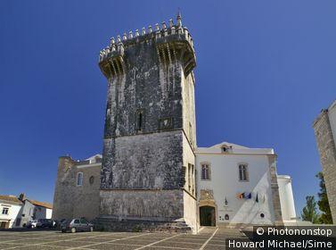 Portugal, Évora, Estremoz, Alentejo - Pousada da Rainha Santa Isabel and the tower of Three Crowns