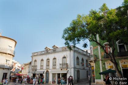 Sur la Praça Luis de Camoes.