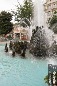 Fontaine dans le centre ville et bordant les rives du lac
