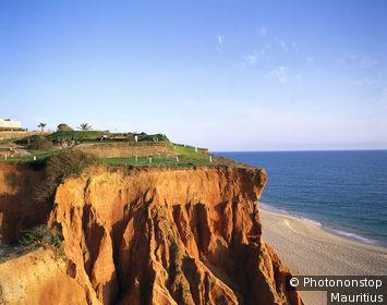 Portugal, Algarve, Vale do Lobo, paysage de bord de mer, terrain de golf sur falaise au fond