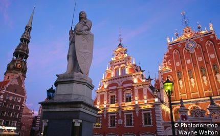 Town Hall Square (Ratslaukums), Statue of Roland, Blackheads building.