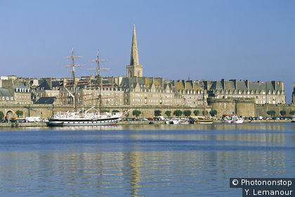 St Malo, il bacino, barca a vela ormeggiata
