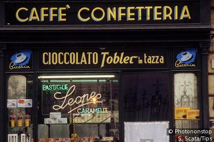 Fachada de un café en Turín