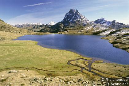 Vallée d'Ossau, randonneurs au bord du lac Gentau (1947m)