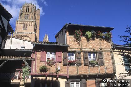 Albi, dans le quartier de Castelviel, la petite place Savène et le clocher de la cathédrale sainte Cécile