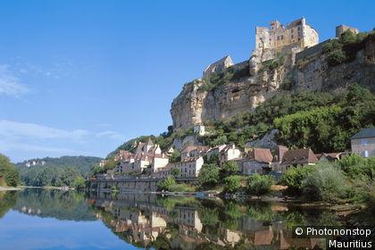 Le village de Beynac sur les bords de la Dordogne