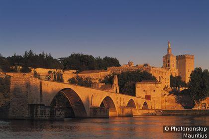 Pont Saint-Benezt et le palais des Papes à Avignon