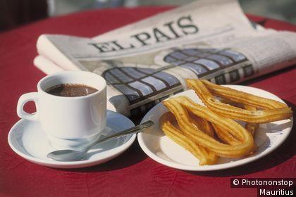 Pose lecture dans un café de Madrid