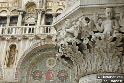 Place Saint-Marc, gros plan sur chapiteau sculpté