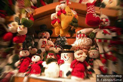 Muñecas navideñas en una vitrina
