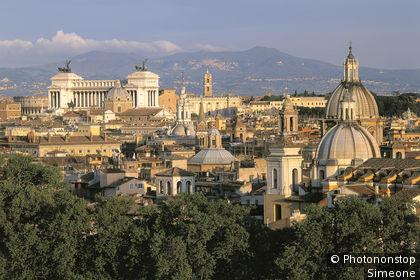 Rome, vue générale du Capitole, monument Victor Emmanuel, colline au fond