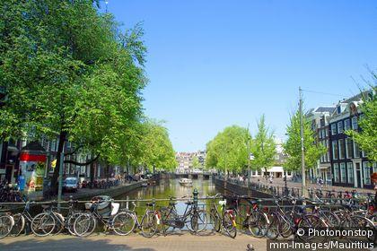 Vélos au bord d'un canal