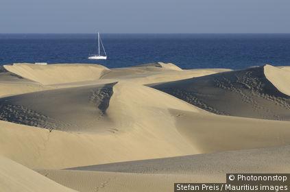 Canaries, ile de Grande Canarie, dune de Maspalomas, voilier